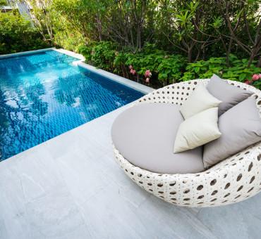 Planter des fleurs à côté de la piscine