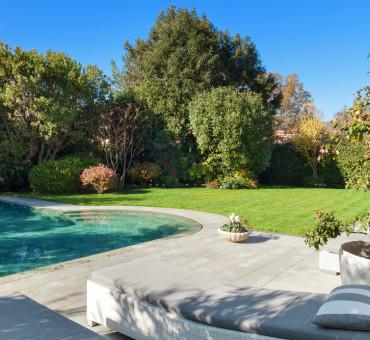 Travailler les pourtours de votre piscine