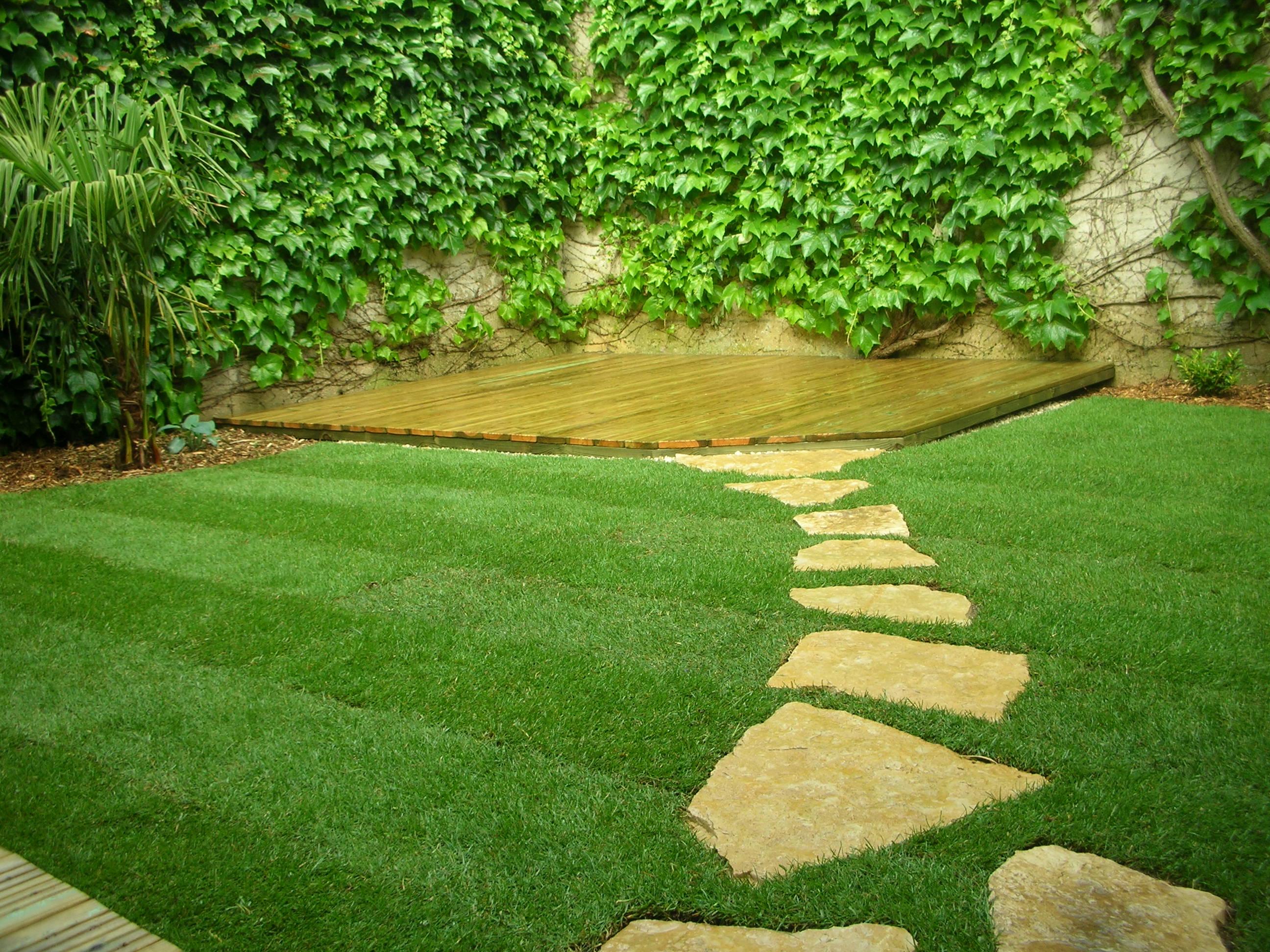... sa pelouse et son jardin en avril - Les Jardins du Clos Joli